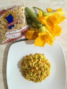 fregula con zucchine e fiori di zucca