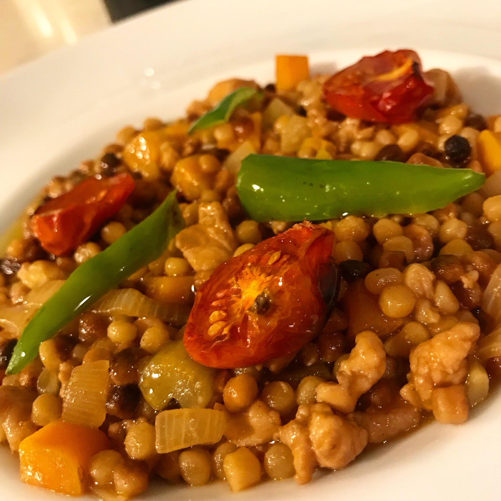 fregula integrale con ragu di polletto marinato in salsa teriyaki